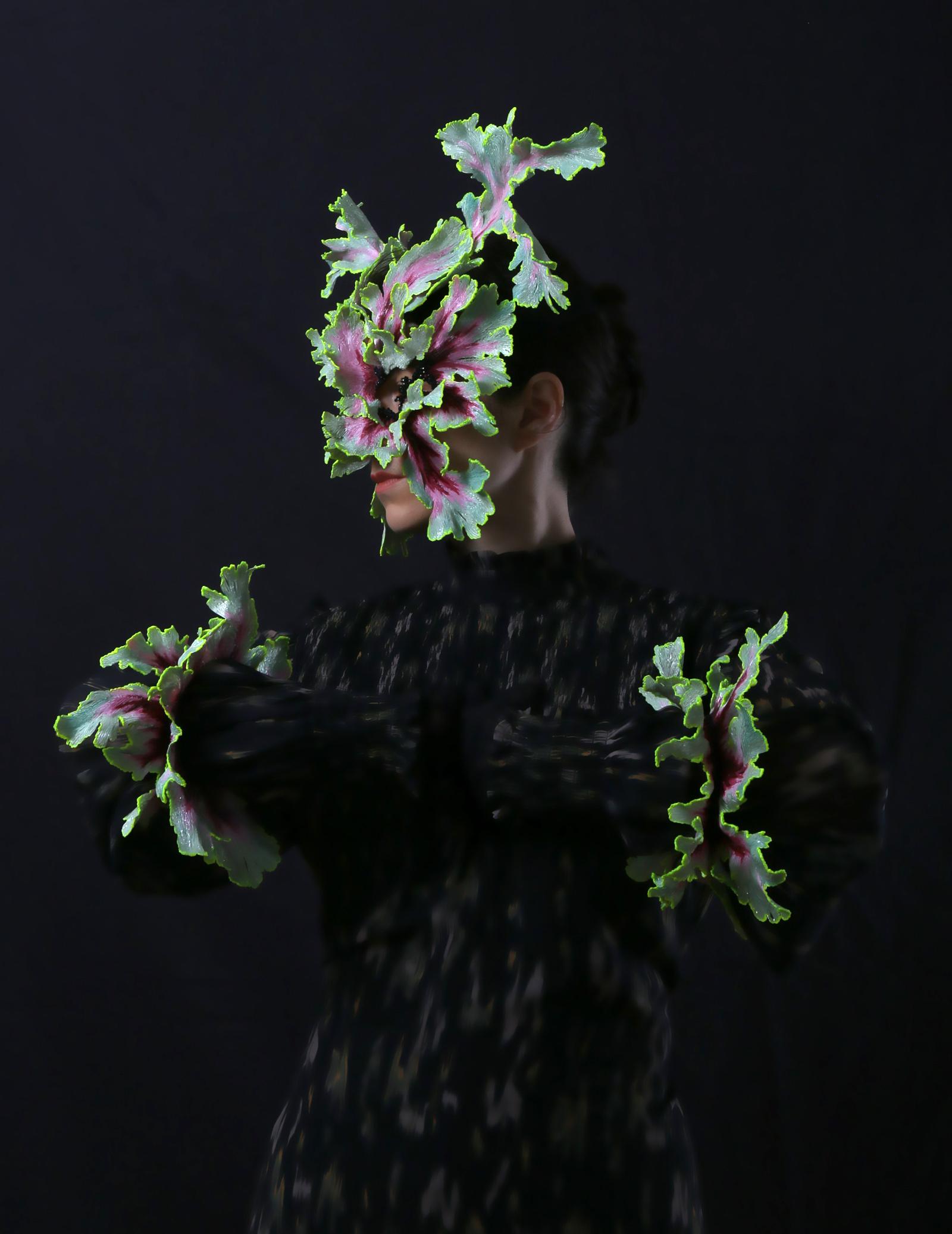 """""""Mantis"""" I Mask, 2020 I PLA, stone, lacquer & """"Shapeshifters"""" I Bracelets, 2020 I PLA, stone, lacquer I Photo: Attai Chen"""